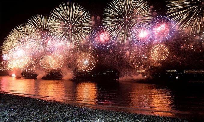 Hàng nghìn người Brazil đổ ra bãi biển Copacabana, Rio de Janeiro chiêm ngưỡng pháo hoa mừng năm mới 2020. Ảnh: Reuters.