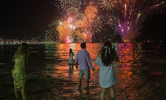 Dân Rio de Janeiro xem pháo hoa trên bãi biển Copacabana. Ảnh: AFP.