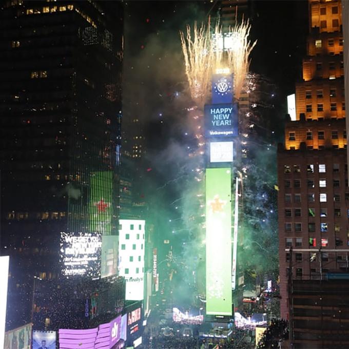 Pháo hoa mừng năm mới trên Quảng trường Thời đại, New York, Mỹ. Ảnh: AP.