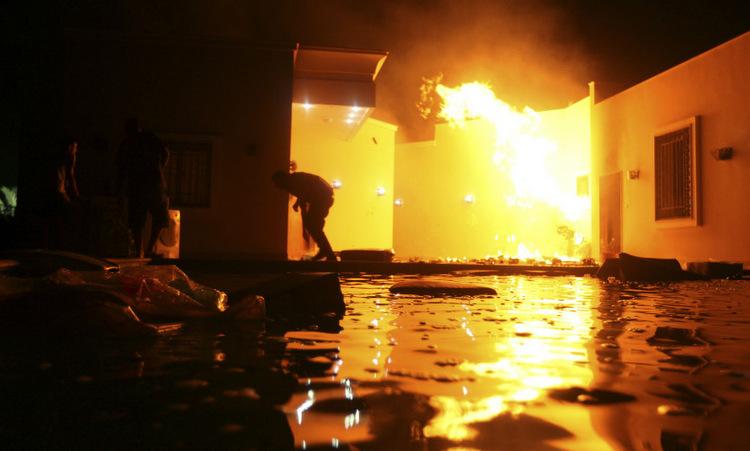 Các tay súng Hồi giáo phóng hỏa trong khu lãnh sự quán Mỹ. Ảnh: Reuters.