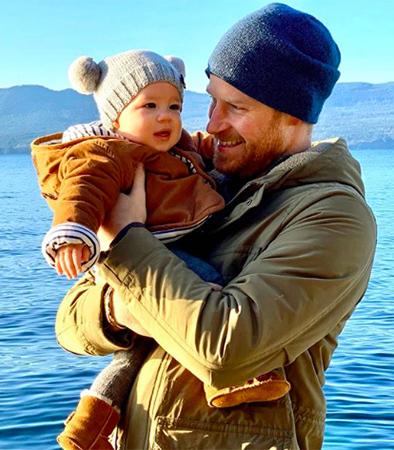Hoàng tử Harry bế con trai Archie trong bức ảnh chúc mừng năm mới. Ảnh: sussexroyal/Instagram
