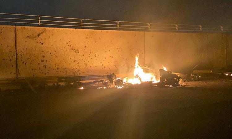 Một trong hai chiếc xe trúng tên lửa gần sân bay Baghdad sáng 3/1. Ảnh: Twitter/Barzan Sadiq.
