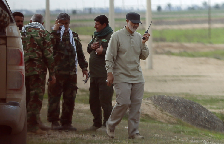 Tướng Soleimani cầm bộ đàm chỉ huy tại tiền tuyến chống IS ở phía bắc Iraq năm 2015. Ảnh: Reuters.