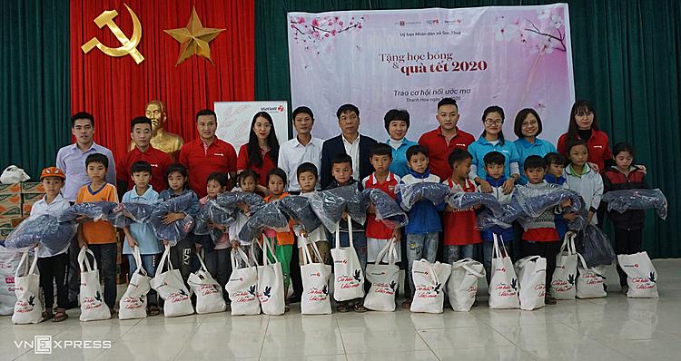 Quỹ Hy vọng đồng hành cùng Vietlott trao quà Tết cho trẻ em huyệnbiên giới Quan Sơn, Thanh Hóa. Ảnh: Lê Hoàng