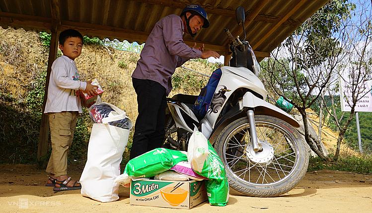 Bố con bé Ngân Hồng Thái chuẩn bị mang những phần quà Tết về nhà. Ảnh: Lê Hoàng