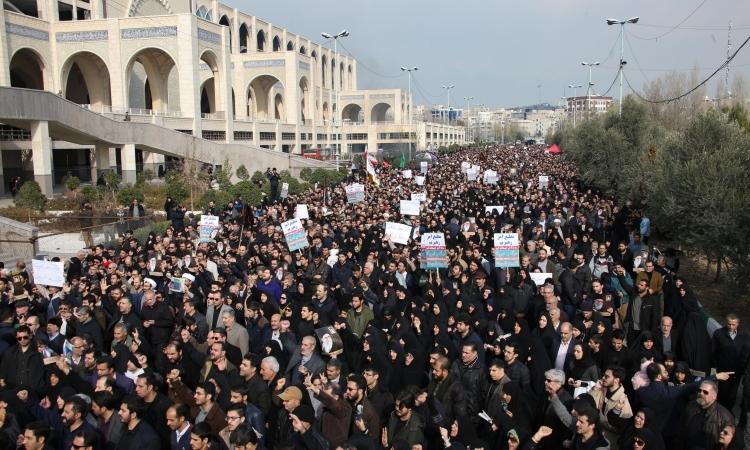 Người dân Iran biểu tình phản đối cuộc không kích giết tướng Qasem Soleimani của Mỹ tại Tehran hôm nay. Ảnh: AFP.