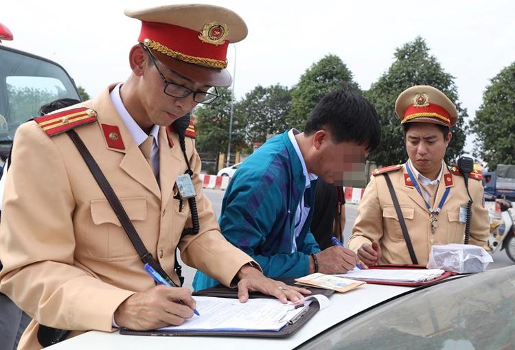 Anh Nguyễn Đức Hải ký biên bản vi phạm hành chính. Ảnh: Ngọc Thành.
