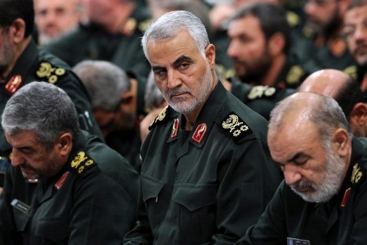 Tướng Soleimani (ở giữa) trong cuộc họp giữa các chỉ huy IRGN và Lãnh tụ Tối cao Iran Ali Khamenei. Ảnh: Reuters.