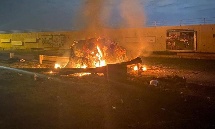 Một ôtô bị phá hủy sau đợt tấn công bằng rocket rạng sáng 3/1. Ảnh: Twitter/Barzan Sadiq.