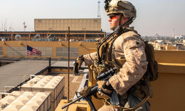 Lính thủy đánh bộ Mỹ gác ở đại sứ quán tại Baghdad hôm 3/1. Ảnh: NY Times.