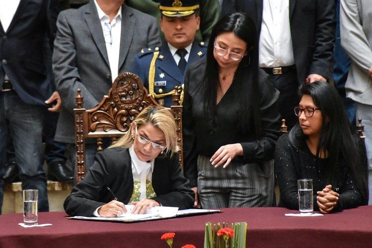 Tổng thống lâm thời Anez ký thông qua luật bầu cử tổng thống. Ảnh: DPA.
