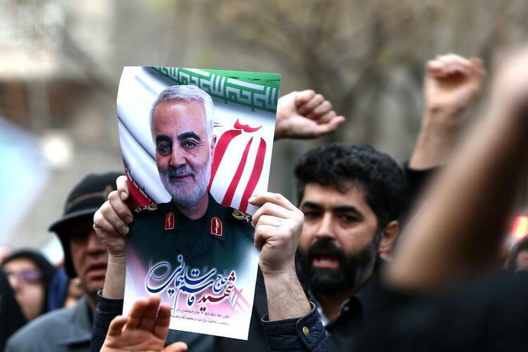 Người dânIran mang hình Thiếu tướng Qassem Soleimani biểu tình trước trụ sở Liên Hợp Quốc ở thủ đô Tehran hôm 3/1. Ảnh: Reuters.