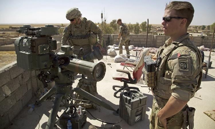 Các binh sĩ Mỹ bên cạnh một bệ phóng tên lửa dẫn đường tại làng Abu Ghaddur, đông Tal Afar, Iraq, hồi năm 2017. Ảnh: AP.