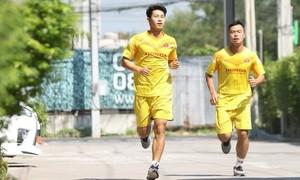 Ông Park bắt hai cầu thủ chấn thương chạy giữa trưa nắng
