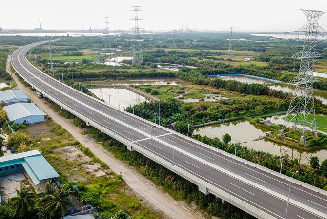 Nối giữa cầu Bình Khánh và Phước Khánh là đoạn cao tốc dài 4,7 km gồm cầu qua sông Chà và cầu cạn đi qua huyện Cần Giờ đã hoàn thành thi công từ tháng 8/2017. Đây là gói thầu cán đích sớm nhất trong toàn tuyến cao tốc Bến Lức - Long Thành. Ảnh: Quỳnh Trần.