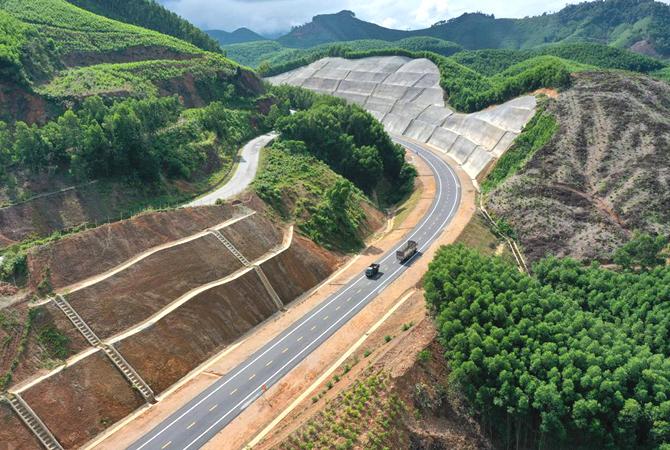 Cao tốc La Sơn - Túy Loan đi xuyên qua vườn quốc gia Bạch Mã. Ảnh: VõThạnh.