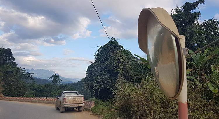Chiếc gương cầu lồi trên quốc lộ 217 qua xã Na Mèo, huyện Quan Sơn bị kẻ xấu đập vỡ phần kính. Ảnh: Lê Hoàng.