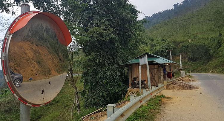 Tình trạng phá hoại gương cầu tương tự cũng xảy ra trên quốc lộ 15C qua huyện Mường Lát. Ảnh: Lê Hoàng.
