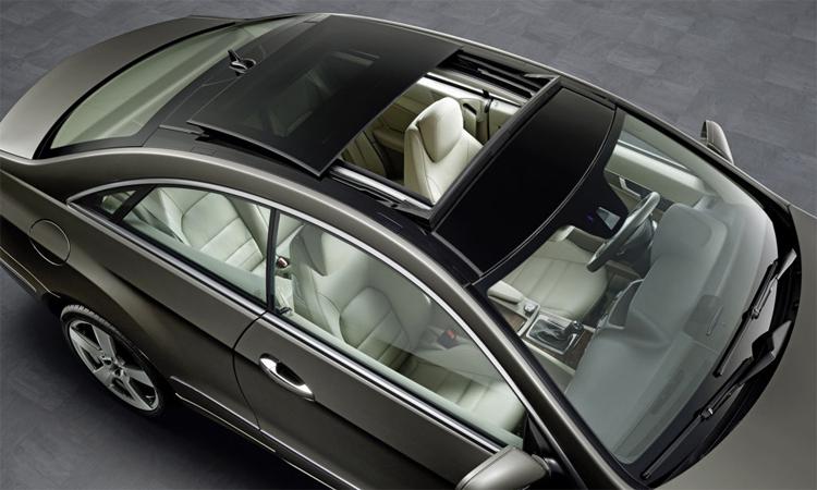 Cửa sổ trời trên một chiếc E-class coupe đời 2010. Ảnh: Mercedes