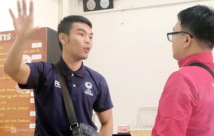 Trọng tài Songkran trao đổi cùng phóng viên VnExpress tại sân bay Buriam sáng 6/1. Ảnh: Đức Đồng