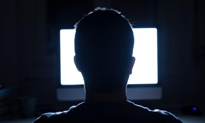 Một người đàn ông sử dụng máy tính. Ảnh: Yahoo.