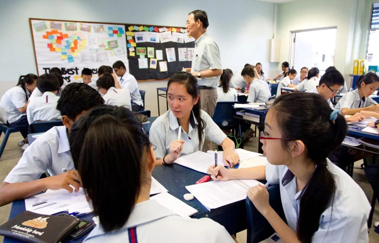 Học sinh Singapore sử dụng tiếng Anh trong lớp học. Ảnh: Shutterstock.