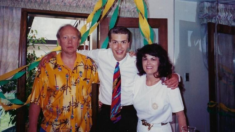 Arthur Lance Foery (giữa) bên bố mẹ.
