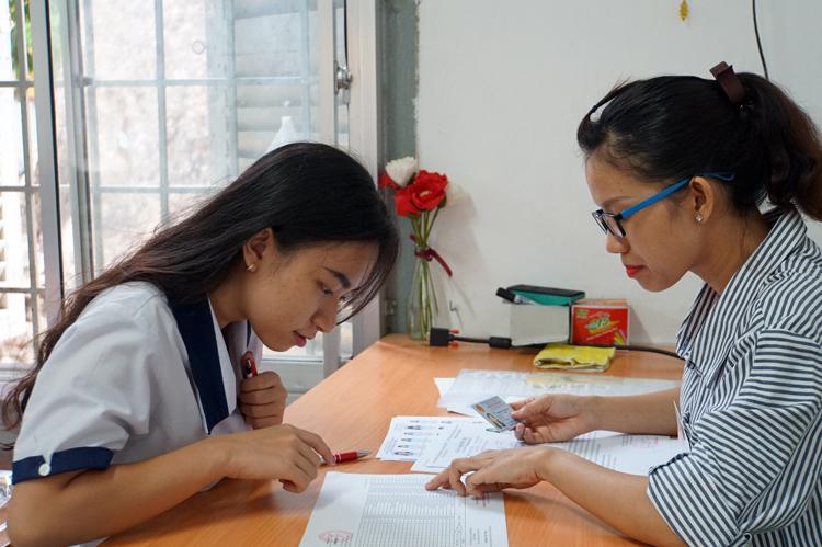 Thí sinh làm thủ tục dự thi THPT quốc gia năm 2019 tại TP HCM. Ảnh: Mạnh Tùng