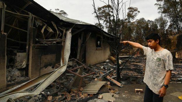 Gabriel trước ngôi nhà bị lửa thiêu rụi ở làng Balmoral. Ảnh: Sydney Morning Herald