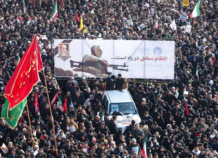 Người dân Iran dự lễ tang tướng Soleimani ngày 6/1 tại Tehran. Ảnh: Reuters.
