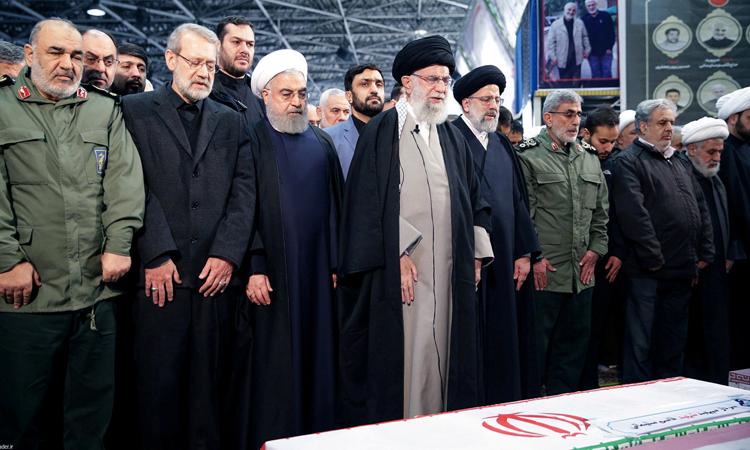 Lãnh tụ tối cao Iran Khamenei (thứ tư từ trái sang) chủ trì tang lễ tướng Soleimani ở Tehran hôm 6/1. Ảnh: Reuters.