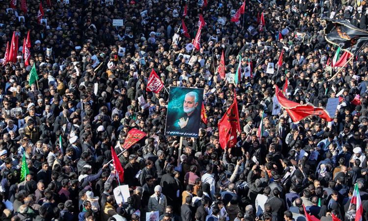 Đám đông tham dự tang lễ tướng Soleimani ở quê nhà Kerman của ông hôm nay. Ảnh:AFP.
