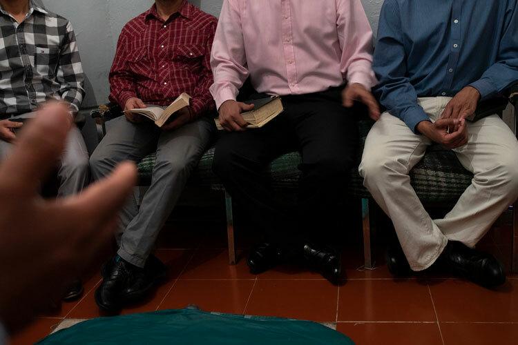 Cựu sát thủ (áo sơ mi hồng) cùng những nhân chứng khác trong chương trình. Ảnh: Tyler Hicks/The New York Times.