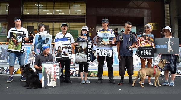 Đại diện các nhóm bảo vệ chóbiểu tình bên ngoài cơ quan lập pháp Đài Loan hồi tháng8/2018, yêu cầu thắt chặt hình phạt với những lao động nước ngoài ăn thịt chó. Ảnh: CNA