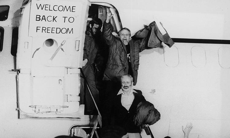 Con tin người Mỹ rời máy bay tại căn cứ không quân Wiesbaden, Đức, hồi tháng 1/1980. Ảnh: CNN.