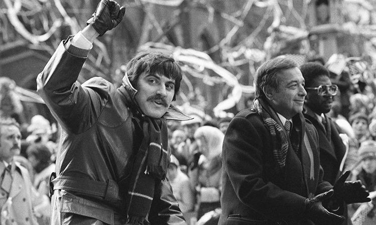 Alan Golacinski (trái) diễu hành ở Manhattan năm 1981. Ảnh: AP.