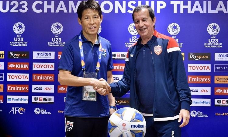 HLV Nishino của Thái Lan vàSamir Chammam của Bahrain bắt tay trong buổi họp báo trước trận đấu. Ảnh: Bangkok Post.