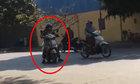 Nữ ninja dừng xe giữa đường nghe điện thoại