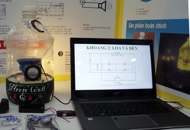 Chiếc đèn ngủ được kết nối với laptop. Ảnh: Mạnh Tùng