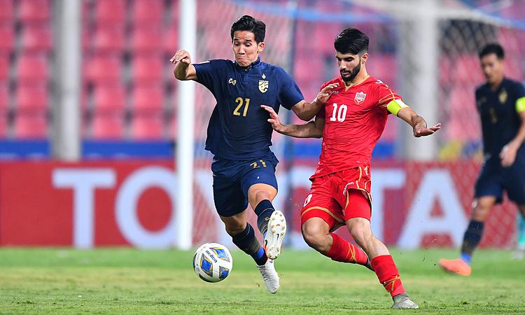 Bahrain (áo đỏ) thua kém Thái Lan nhiều mặt. Ảnh: AFC.
