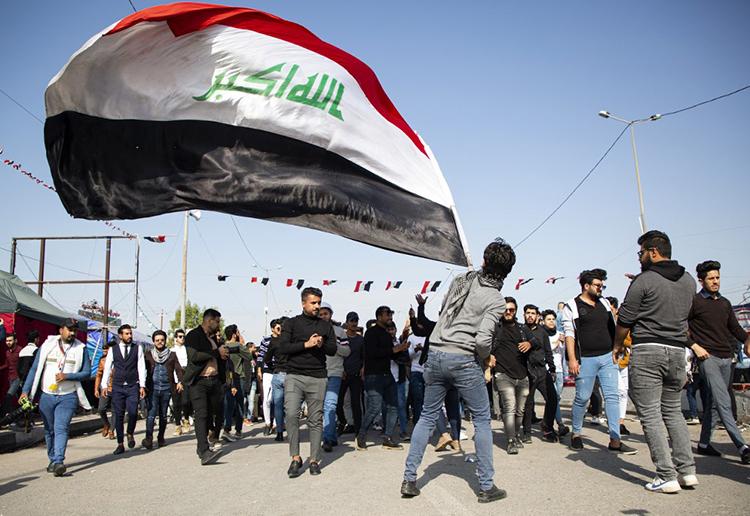 Người Iraq biểu tình chống chính phủ ở thành phố phía namBasra hôm 8/1, hô vang những khẩu hiệu phản đối việc biến Iraq thành chiến trường của cuộc xung đột giữa Iran và Mỹ. Ảnh: AFP