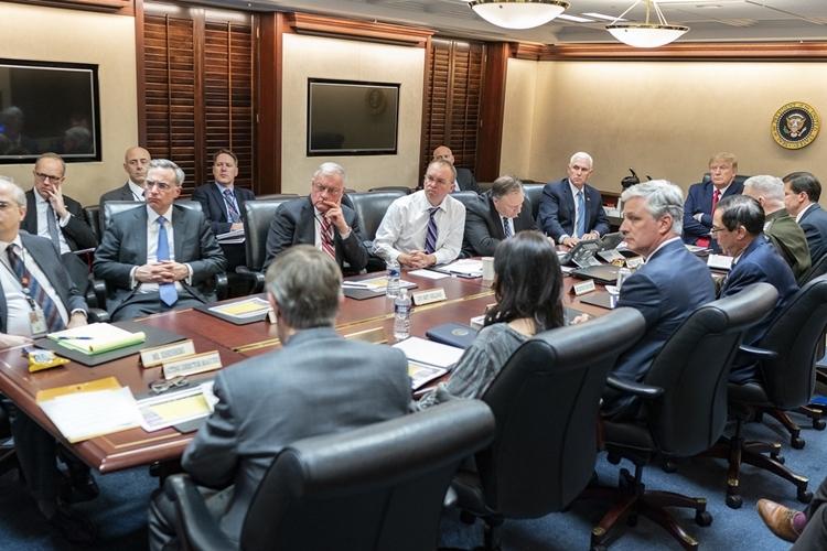 Trump (cà vạt đỏ) và các quan chức Mỹ trong Phòng Tình huống tối 7/1. Ảnh: Nhà Trắng.