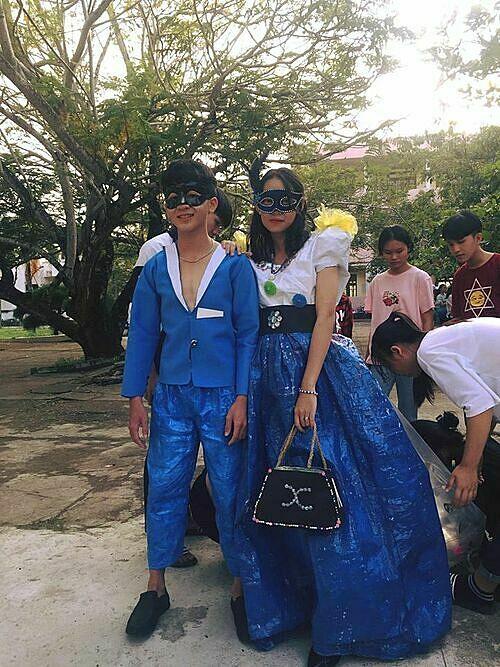 Học sinh sáng tạo với màn trình diễn thời trang tái chế - 1