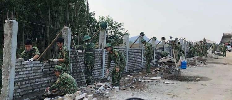 Ngày 9/1, việc xây dựng tường rào sân bay Miếu Môn vẫn thực hiện theo kế hoạch. Ảnh: Việt Đức