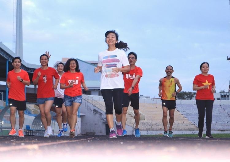 Chị Lê Thị Phê, áo đỏ hàng đầu thứ ba bên phải là một trong bốn thành viên nữ của nhóm chạy. Ảnh: Ngọc Thiệu.