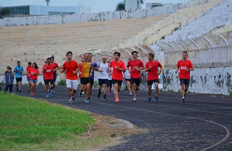 Nhóm Bình Định runners tập luyện tại sân vận động Quy Nhơn. Ảnh: Phạm Linh.