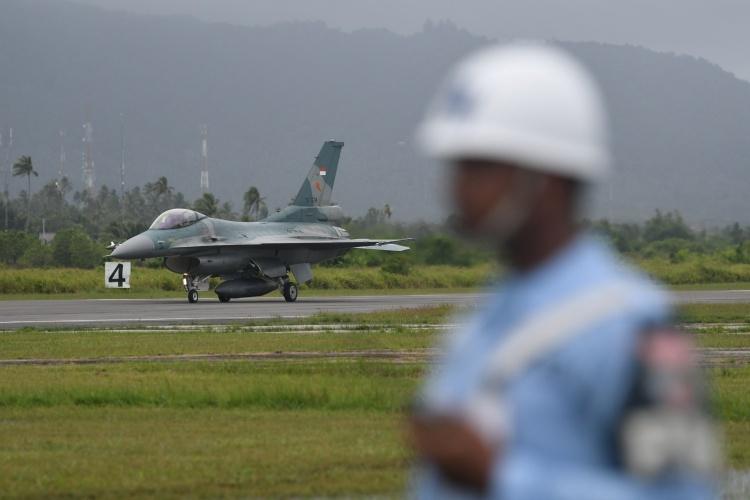 Chiến đấu cơ F16 C của Indonesia hạ cánh ở đảo Natuna ngày 7/1. Ảnh: Reuters.