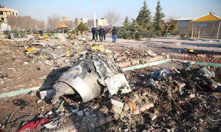 Hiện trường vụ rơi máy bay ở ngoại ô thủ đô Tehran, Iran hôm qua. Ảnh: Reuters.