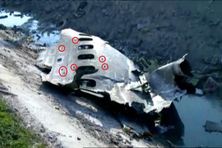 Các lỗ thủng trên thân máy bay của Ukraine rơi ở Iran. Ảnh: Sun.
