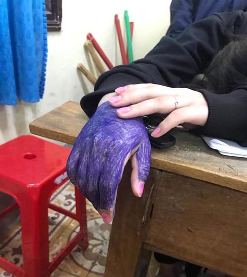 Bàn tay của nữ sinh...